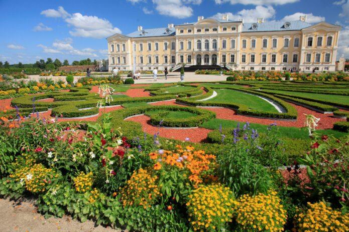 Pavasariniai Latvijos sodai – bijūnai, alyvos ir rododendrai!