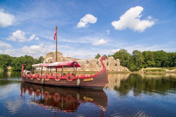Neatrastoji Latvija: Kuoknesės pilis ir plaukimas vikingų laivu!